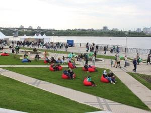 Последняя секция синего забора рухнула на Нижне-Волжской набережной в День России
