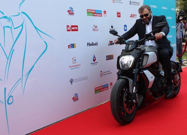 Пореченков выехал на мотоцикле на красную дорожку «Горький fest» - фото 1
