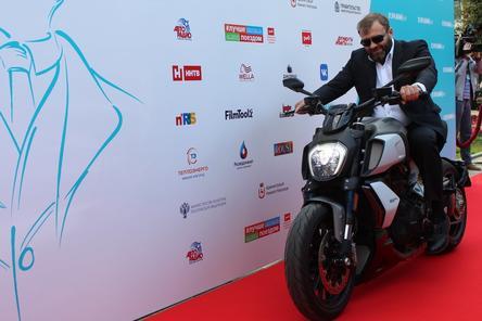Пореченков выехал на мотоцикле на красную дорожку «Горький fest»
