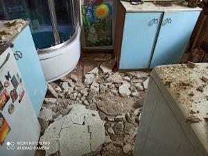 Потолок обрушился в доме на улице Черниговской в квартире ветерана
