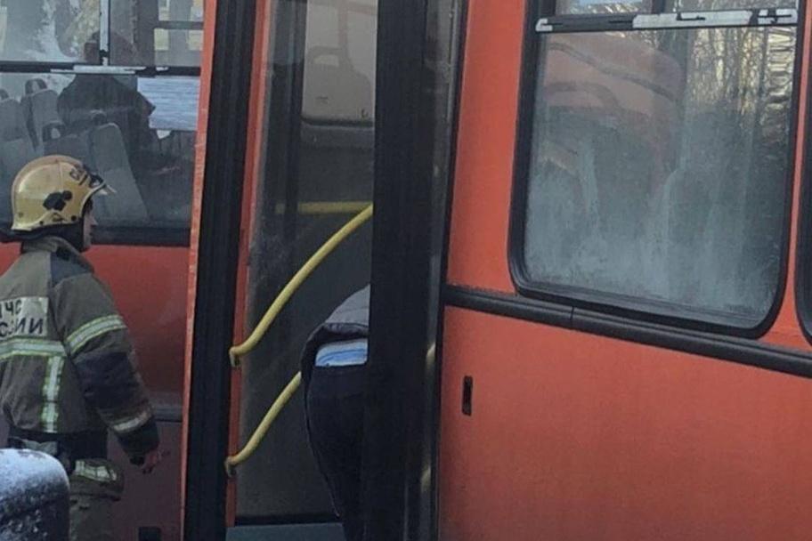 Маршрутка врезалась в столб в Автозаводском районе - фото 1