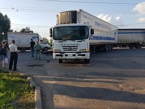 Мотоциклист погиб под колесами фуры на Московском шоссе