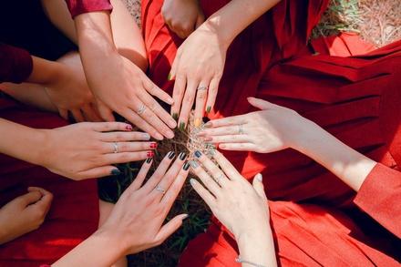 О чем говорят неровности на ногтях и что с ними делать
