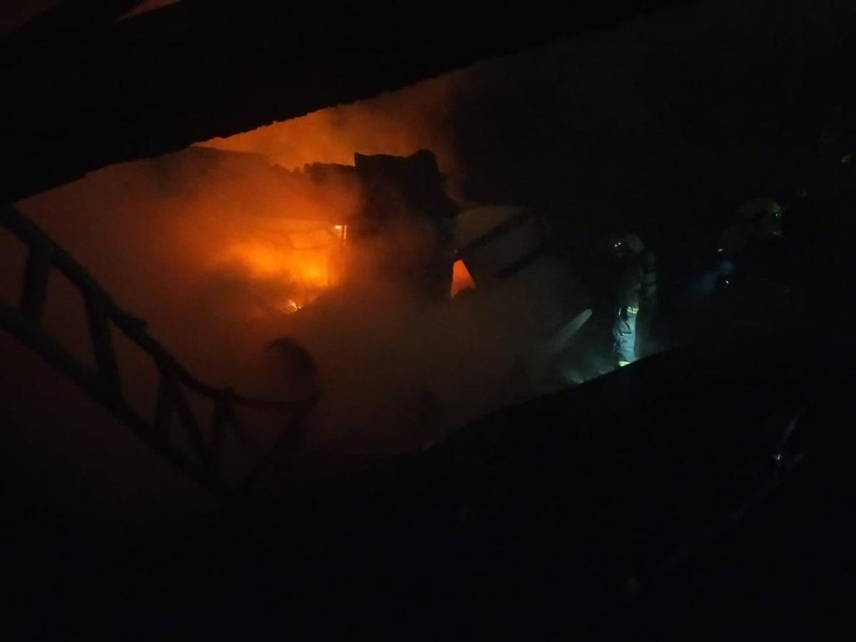 Дом, два автомобиля и склад горели минувшей ночью в Нижнем Новгороде - фото 1