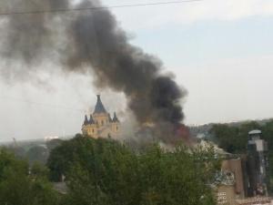 65 пожарных тушили загоревшийся на Стрелке трехэтажный дом (ФОТО)