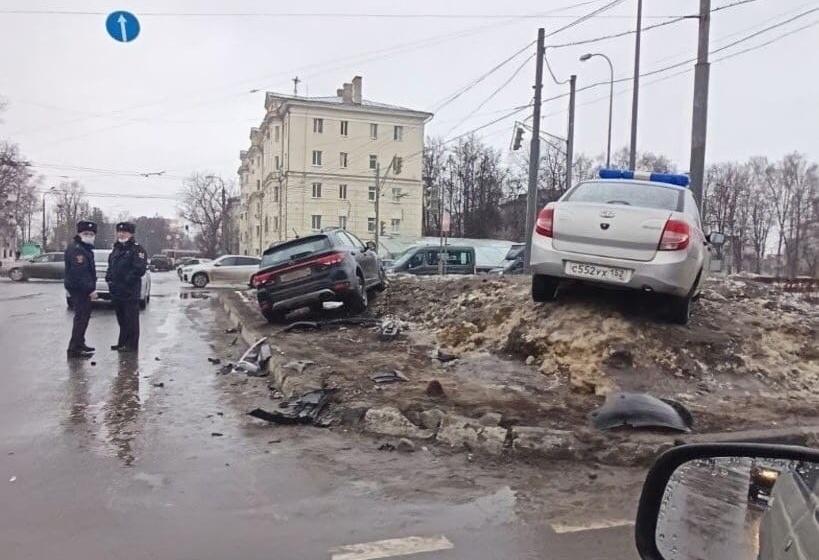 Один человек пострадал при столкновении иномарки и машины Росгвардии на площади Лядова - фото 1