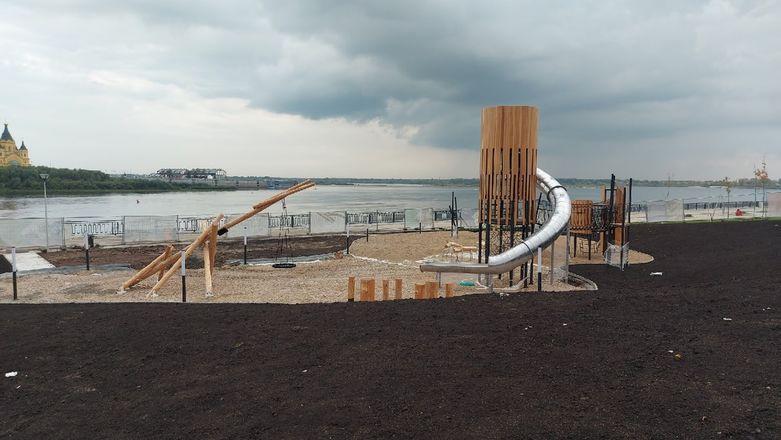 Речной маяк и облако пеньков появились на детской площадке на Нижне-Волжской набережной - фото 1