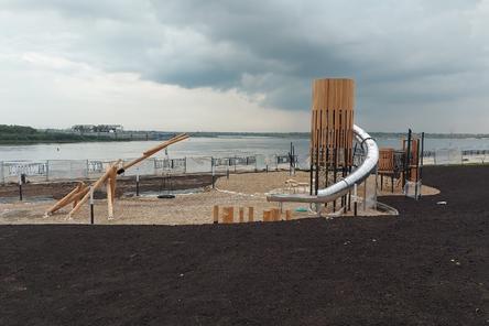 Речной маяк и облако пеньков появились на детской площадке на Нижне-Волжской набережной