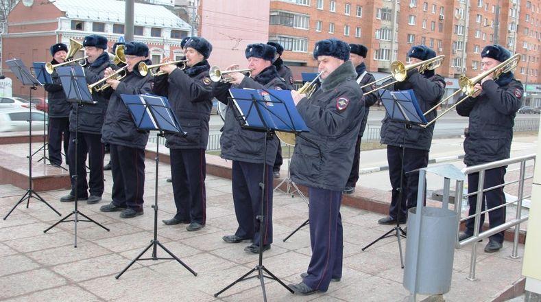 Оркестр нижегородской полиции устроил концерт под открытым небом для женщин - фото 1