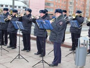 Оркестр нижегородской полиции устроил концерт под открытым небом для женщин