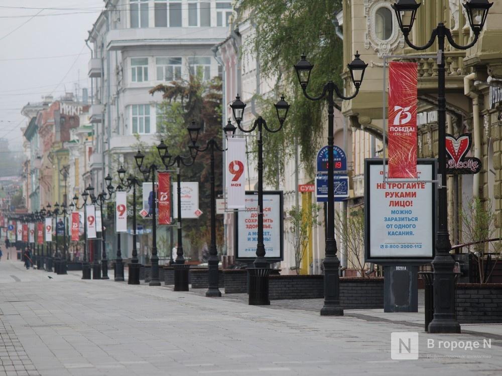 Пустые улицы и «Бессмертный полк» на балконах - фото 1