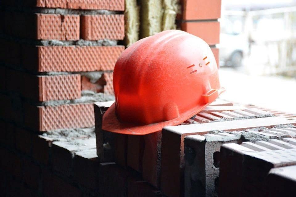 Каменщик получил тяжелые травмы в Сарове, упав с шестиметровой высоты - фото 1