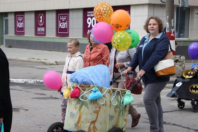 Бэтмены и принцессы стали участниками парада колясок на Бору - фото 9