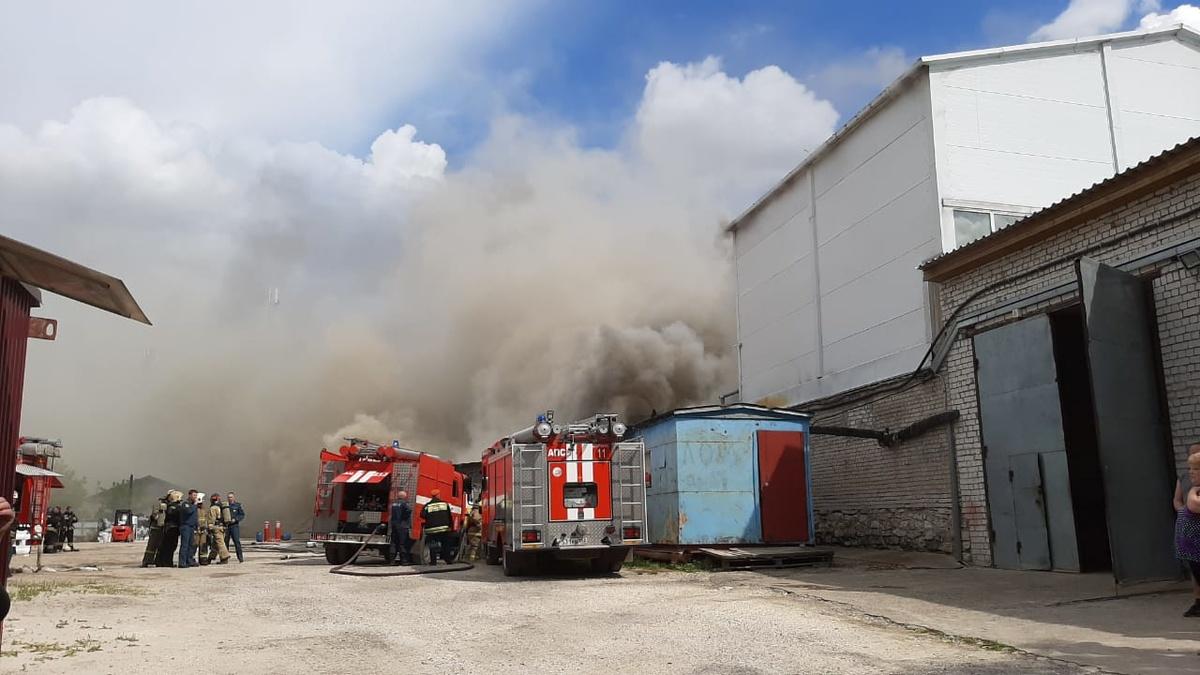 Склад с полиэтиленом загорелся в Дзержинске - фото 1