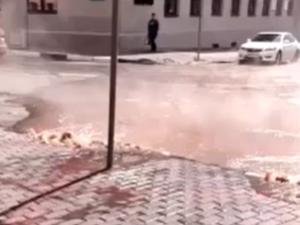 «Гейзер» сквозь брусчатку забил в центре Нижнего Новгорода