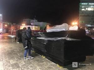 Cнеговиков и Деда Мороза у нижегородского «Юпитера» спрятали в целлофан