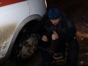 «Настоящий полковник»: нижегородский полицейский Яков Ширшов отремонтировал заглохшую на трассе машину скорой помощи