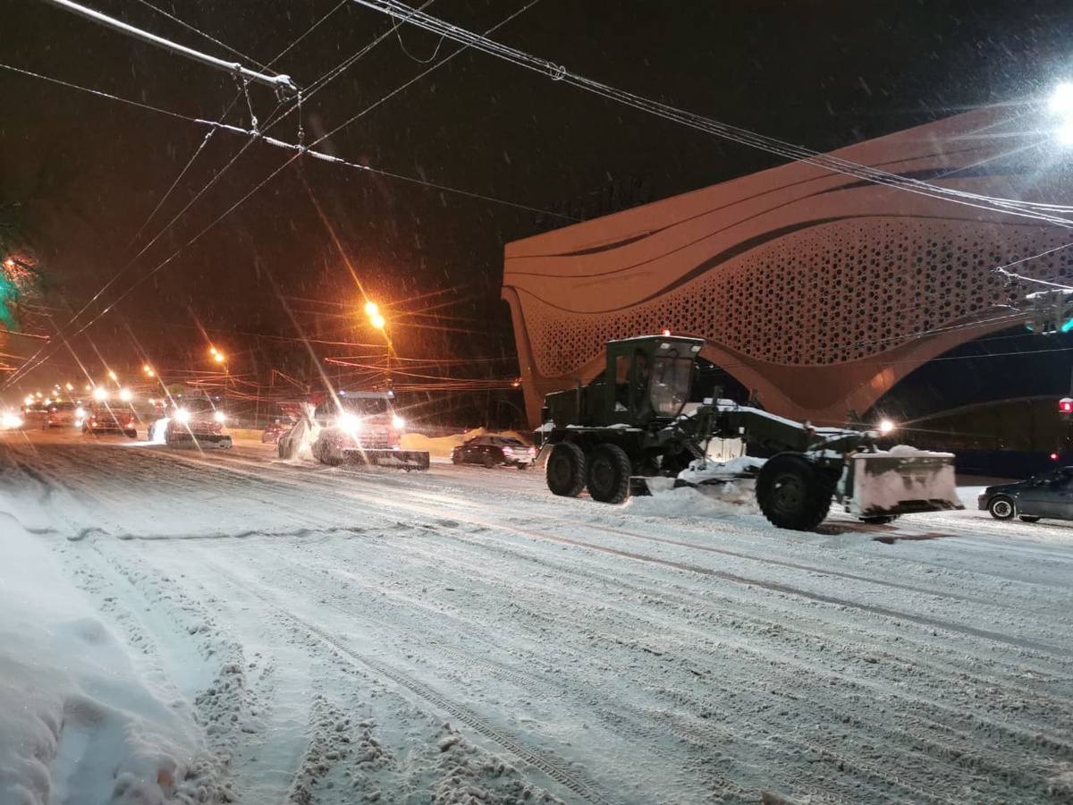 Военных привлекли к уборке снега с улиц Нижнего Новгорода - фото 1