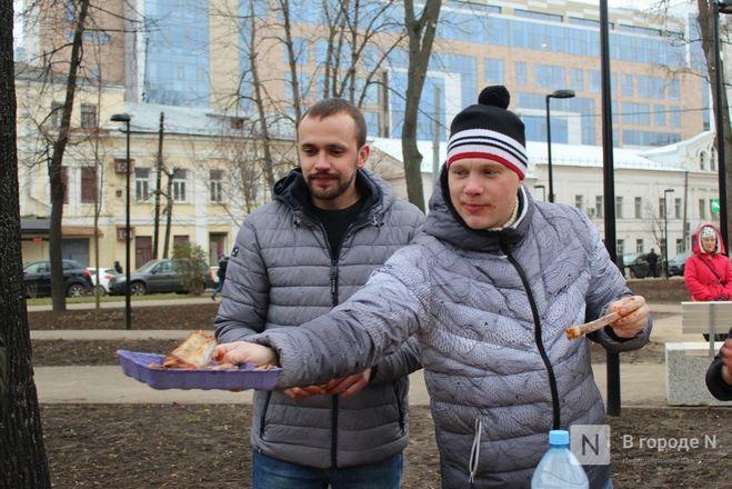 Чемпионы по поеданию ребрышек съели порцию за три минуты в Чернопрудском сквере - фото 28